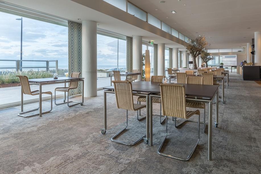 Restaurant - overzicht met zeezicht (2)